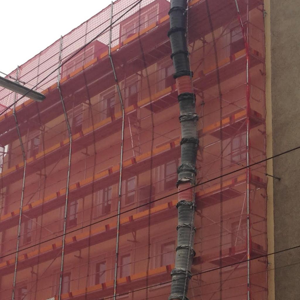 Fassadengerüst und Schutzgerüst mit Schutznetz in München