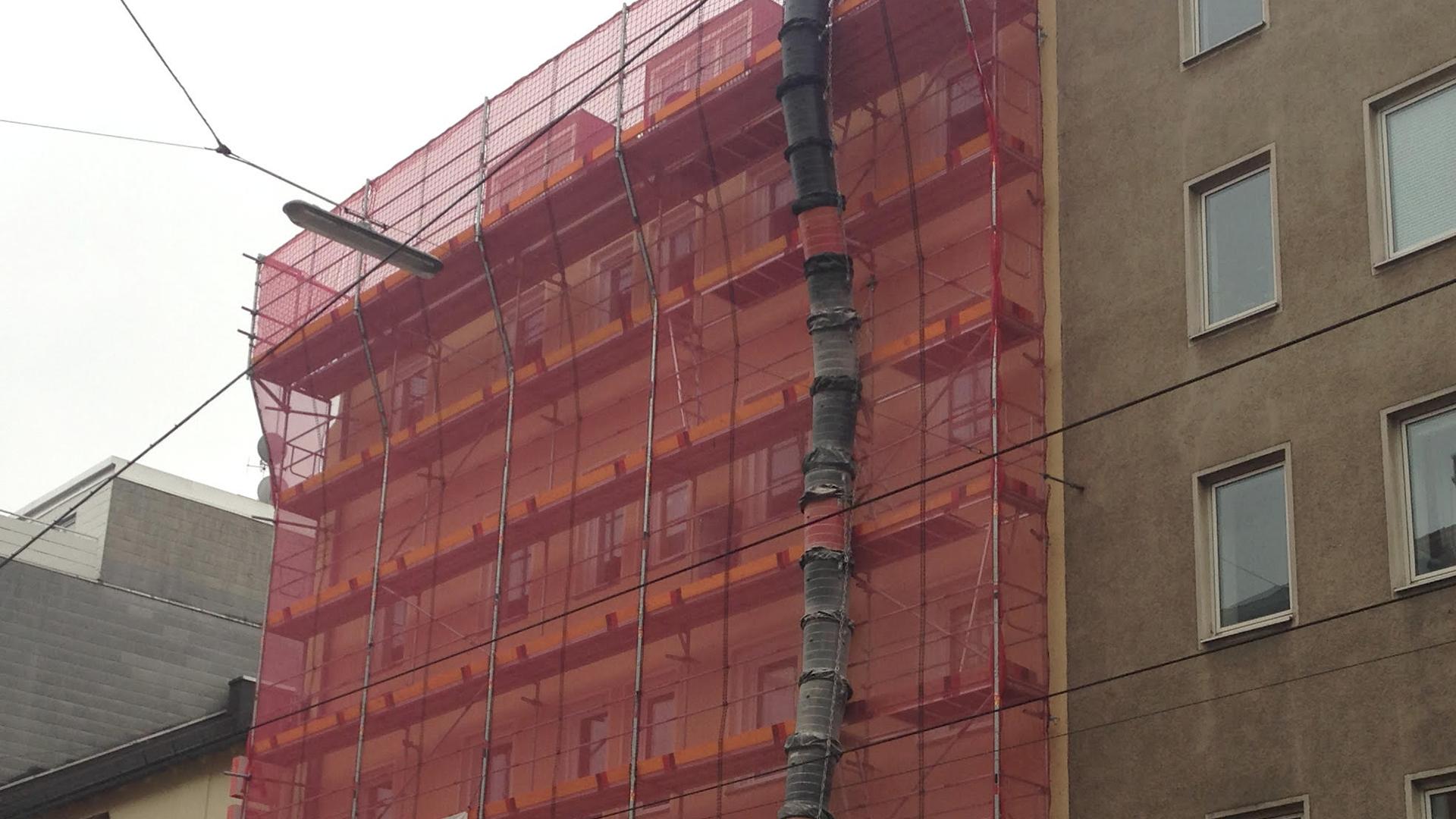 Fassadengerüst und Schutzgerüst mit Schutznetz für Putzer, Zimmerer und Dachdecker in München